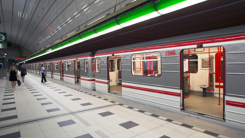 В пражском метро установливают терминалы для оплаты проезда бесконтактными картами